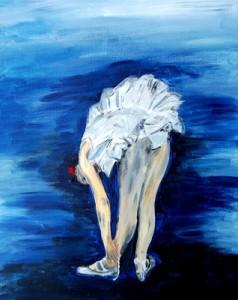 Ballerina vor blauem Hintergrund