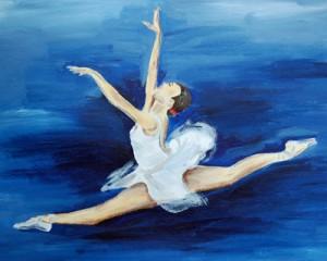 springende Ballerina vor blauem Hintergrund